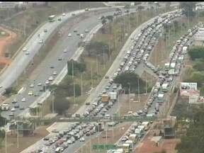 Protestos simultâneos ocorrem em rodovias do Distrito Federal - Manifestações ocorreram simultaneamente na BR 020, em Brasilândia, na via estrutural e na EPTG. Os protestos pararam o trânsito e houve confronto com a polícia.