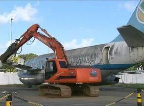 Aviões inutilizados são destruídos no aeroporto do Recife - Decisão pretende aproveitar espaço para outras aeronaves.