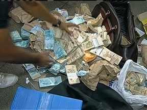 Polícia Civil prende mais de 70 suspeitos de envolvimento com jogo do bicho - A operação reuniu 450 policiais civis e militares. Segundo as investigações, o grupo arrecadava mais de R$ 1 milhão por dia. A polícia apreende mais de R$ 2,8 milhões na sede da quadrilha em Belém.