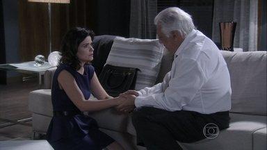 Aline sugere ter um filho com César - O médico fica arrasado com a internação de Paloma e reclama da situação de sua família. Ele fica incomodado com a sugestão de Aline e avisa que não pode se separar de Pilar