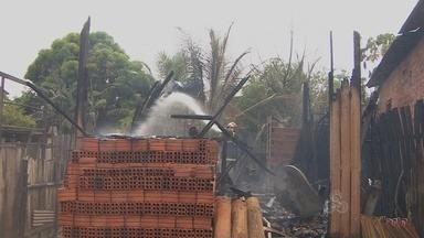 Incêndio no bairro São José em Macapá destruiu totalmente uma casa - UM INCÊNDIO NO BAIRRO SÃO JOSÉ, NA ZONA NORTE DE MACAPÁ, DESTRUIU TOTALMENTE UMA CASA. A SUSPEITA É QUE O FOGO TENHA SIDO PROVOCADO PELO VAZAMENTO DE GÁS DE COZINHA.