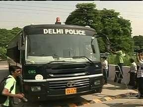 Justiça Indiana condena quatro suspeitos de estupro coletivo dentro de ônibus - Eles foram acusados de sequestro, roubo, estupro e assassinato de uma estudante de fisioterapia de 23 anos. A sentença, que pode chegar à pena de morte, ainda deve ser anunciada.