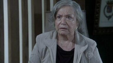 Bernarda sugere que Paloma seja levada para a sua chácara - Ela entrega as chaves da propriedade para Bruno esconder sua neta. Antes de deixar a cidade, o corretor pega Paulinha em casa