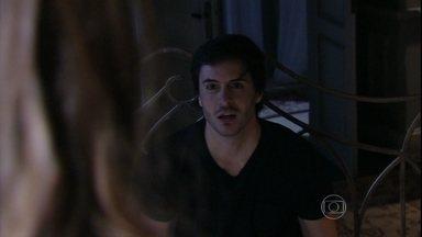 Thales conversa com Nicole - Leila acorda no meio da noite e estranha a ausência do namorado. Thales afirma que ama Nicole. Leila se irrita com o escritor