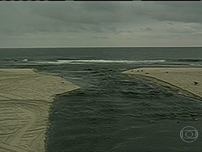 'Saneamento básico é fundamental para manter praias limpas', diz especialista - Marca registrada do Rio de Janeiro, a praia atrai turistas de todo o mundo. Segundo Besserman, comentarista de meio ambiente da Rede Globo, o saneamento básico e coleta de lixo são fundamentais para manter praias limpas'