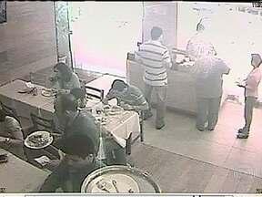 Comerciantes reclamam de onda de roubos a restaurantes no Centro - Eles dizem que os bandidos agem sempre em grupo, pela manhã. Câmeras de segurança registraram alguns assaltos.