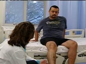Entenda como é feita a cirurgia de artroplastia de quadril - Um dia, pilotando a moto, Marcelo teve um pico de estresse, desmaiou e caiu. Ele bateu forte o quadril, o braço e a cabeça. Desde então, a dor nunca mais o largou.