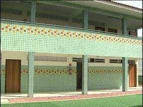 Escola Luiz Vianey é inaugurada com um ano e meio de atraso - Empresa que começou o trabalho havia abandonado o serviço.