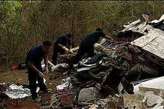 Aeronáutica suspeita que avião tenha caído por falta de combustível, em Caldas Novas - Peritos da Aeronáutica começaram a investigar as causas da queda do avião que matou cinco pessoas na sexta-feira (20).