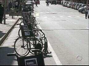 Estacionamento em Ponta Grossa é tomado por cadeiras de rodas - A semana do trânsito terminou com uma ação de conscientização sobre o estacionamento exclusivo para pessoas portadoras de deficiência.