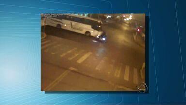 Imagens flagram acidente entre ônibus e carro em Maracaju (MS) - O acidente aconteceu na noite de quinta-feira (19) no centro da cidade