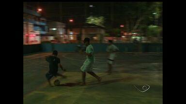 Campo de futebol e quadra de esportes estão sem luzes na Serra, Região Metropolitana do ES - A mais de sete meses quem quer jogar à noite joga no escuro.