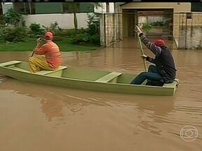 Chuva provoca estragos na região sul - Santa Catarina está em alerta porque nas últimas 48 horas já choveu mais do que o previsto para o mês de setembro. Mais de 12 mil pessoas foram afetadas em 16 cidades do Paraná. No Rio Grande do Sul, teve temporal de granizo.