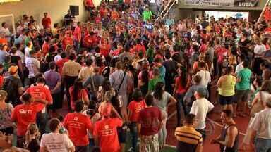 Professores mantêm greve e querem diálogo com governo - Professores da rede estadual de ensino recusaram a proposta de reajuste do governo do estado e decidiram manter a greve, que já dura mais de 40 dias.