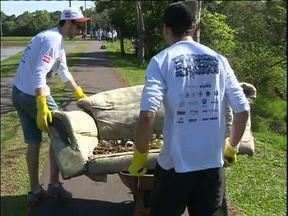 Voluntários se unem para limpar rio de parque em Curitiba - No dia Mundial de Limpeza de Rios e Praias, 150 pessoas foram limpar parte do rio Atuba.