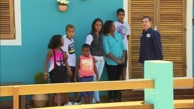 Família Santos se emociona ao ver a casa antiga totalmente reformada - Roberta e os filhos entram no novo lar e se surpreendem com tudo