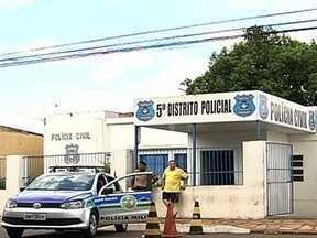 Mãe vai para bar, deixa crianças sozinhas em casa e acaba presa, em Goiânia - A denúncia foi feita pelo namorado da jovem de 21 anos. Ele a denunciou depois que tiveram uma briga em um bar.