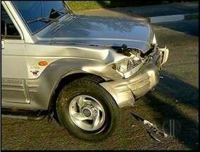 Dois carros se envolvem em acidente de trânsito em Campos, no RJ - Luciana de Souza Silva, 37 anos, foi levada para o hospital.Colisão aconteceu na tarde deste sábado (21) no Parque Aurora.