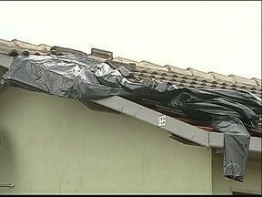 Vendaval destelha casas na região de Ponta Grossa - A Defesa Civil pede doação de lonas para ajudar as famílias atingidas.