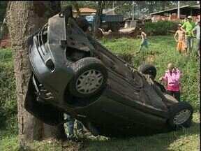 Jovem de 16 anos fica gravemente ferida em acidente em Prudentópolis - A mãe da jovem, que dirigia o carro, perdeu o controle da direção depois que um pneu estourou.