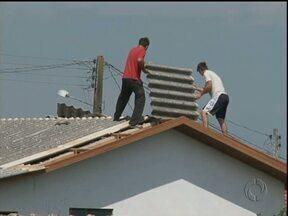 Chuva de granizo destrói telhas de centenas de casas em Prudentópolis - A chuva de granizo durou apenas alguns minutos mas causou estragos em toda cidade.