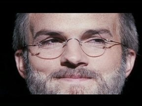 Ashton Kutcher enfrenta o desafio de interpretar no cinema o criador da Apple, Steve Jobs - Aos 35 anos de idade e 15 de carreira, o ator americano vai viver o criador da empresa Apple, que morreu de câncer no pâncreas há menos de dois anos. Nos Estados Unidos, todos concordam que Ashton ficou igual a Jobs.