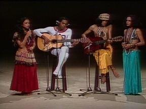 Gil, Caetano e Bethânia falam sobre seus clipes que passavam no Fantástico no tropicalismo - Uma das aparições em destaque ocorreu quando os músicos formaram os Doces Bárbaros. Quase 40 anos depois, eles comentam o que mudou no mundo e na sociedade brasileira de lá para cá.