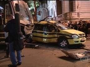 Acidente deixa duas pessoas feridas no Centro do Rio - A batida aconteceu na esquina da Rua México com a Rua Araújo Porto Alegre. O ônibus atingiu a lateral do táxi. Duas pessoas, entre elas o motorista do carro, ficaram feridas. As vítimas foram levadas para o Hospital Souza Aguiar.
