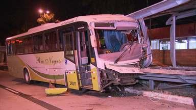Motorista de ônibus fica ferido após perder o controle do veículo em Belo Horizonte - Um motorista de ônibus ficou ferido na madrugada desta quinta-feira (26), na Região da Pampulha, em Belo Horizonte. Ele teria perdido o controle do veículo e acabou batendo em uma estação.