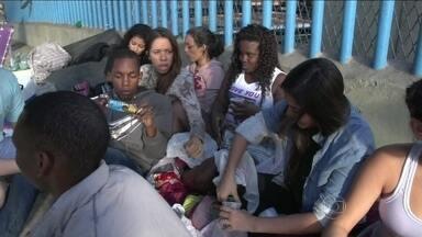 Fãs de Justin Bieber acamparam na porta do sambódromo - Jovens tiveram que sair da fila por decisão judicial