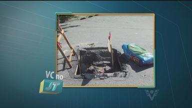 Morador de São Vicente reclama de buraco em esquina na Vila São Jorge - Uma tampa de concreto rachou ao meio deixando um buraco no caminho dos motoristas. o local está sinalizado mas a população quer saber quando a prefeitura vai fazer o reparo