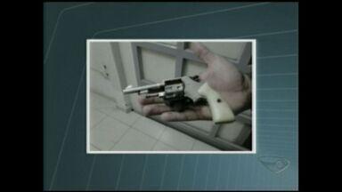 Polícia apreende arma em Ibatiba, ES, durante operação - A arma é um revólver calibre 22.
