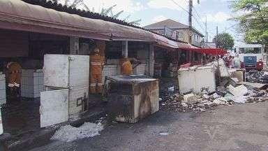 Comerciantes da Rua do Peixe precisam de ajuda para recomeçar após incêndio - Uma perícia foi feita nos boxes destruídos por incêndio para saber o que causou as chamas
