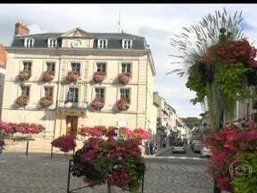 Cidades francesas estimulam população a enfeitar tudo com flores - A França fica mais bonita nesta época. Tem até competição para eleger a decoração mais caprichada. Passear pelas cidades é como caminhar em uma floricultura a céu aberto.