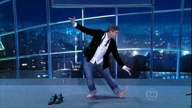 Zeca Camargo revela que foi bailarino e dança no palco do Jô - O jornalista mostra uma coreografia de uma dança indiana
