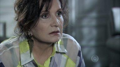 Tamara sugere que Edith cobre de César os direitos legais de Jonathan - A estilista diz para a mãe que vai falar com o sogro