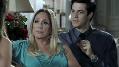 Pilar confronta a atitude de Paloma no tribunal e diz que ela nunca a aceitou como mãe - A médica diz que o irmão está pensando só em si e não na felicidade da mãe