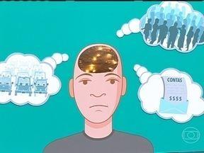 Pânico é mais comum em fases de transição - O psiquiatra Daniel Barros explica que o pânico são mais comuns entre os 20 e 30 anos, quando os jovens estão começando a vida. As grandes mudanças tiram a pessoa da zona de conforto, aumentando a ansiedade.