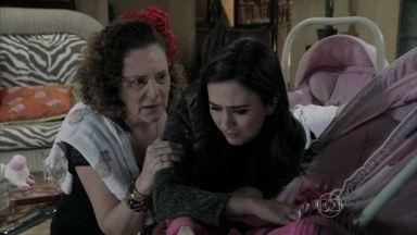 Márcia incentiva Valdirene a reatar com Ignácio - A ex-chacrete percebe que o milionário está encantado por sua neta