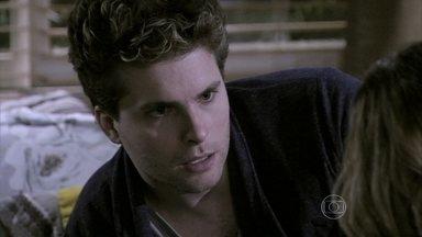 Niko e Amarilys discutem por causa de Fabrício - A médica pressiona Eron para que ele assuma seus sentimentos por ela