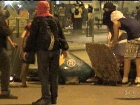 Noite é marcada por tumulto no Centro - Mais uma noite foi marcada por confrontos, no Centro. Houve confusão depois que um grupo de mascarados se infiltrou entre os professores. Dezessete pessoas foram detidas. Muitas ficaram feridas.