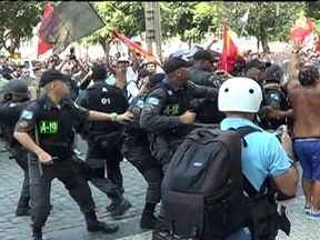 Manifestação de professores municipais termina em confronto no Centro do Rio - Dezessete pessoas foram detidas e quatro ficaram feridas. Professores protestavam em frente à Câmara de Vereadores, onde acontecia a votação do novo plano de cargos e salários. O tumulto começou quando um grupo de mascarados se infiltrou no protesto.