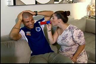 Conheça Karen, a esposa corneteira do volante Nílton, do Cruzeiro - Veja que ela pega no pé do marido durante os jogos da Raposa no Brasileirão.