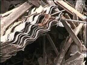 Telhas quebradas no temporal em Corbélia ameaçam a saúde e o meio ambiente - A maioria das telhas é de amianto, e são produzidas com um material tóxico, que pode causar câncer.