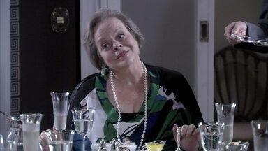 Eudóxia decide hospedar Atílio em sua casa - Márcia percebe que a mãe de Ignácio está se insinuando para o seu marido