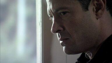Bruno desconfia de Paulinha - O corretor não acredita na explicação que recebe da filha
