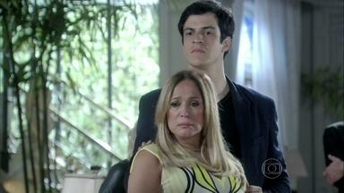 Pilar expulsa Paloma e César de sua casa - A pediatra não entra no jogo de Félix. O vilão promete tirar César da presidência do hospital
