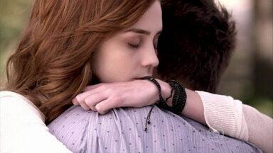 Rogério consola Natasha e os dois se beijam - Lídia planeja agravar a crise de consciência de Thales. Ela e Natasha se abraçam comovidas