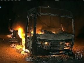Protesto por falta de água termina em vandalismo em São Paulo - Manifestantes queimaram três ônibus e até um veículo adaptado para o transporte de deficientes foi atingido. Segundo os moradores, a água estava cortada desde o fim de semana.