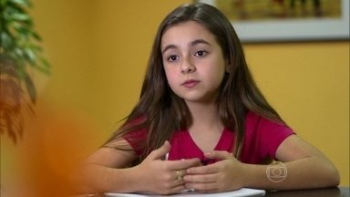 Klara Castanho faz exercícios escolares no camarim - Atriz é exigente com os estudos e não quer tirar menos de 7 nas provas